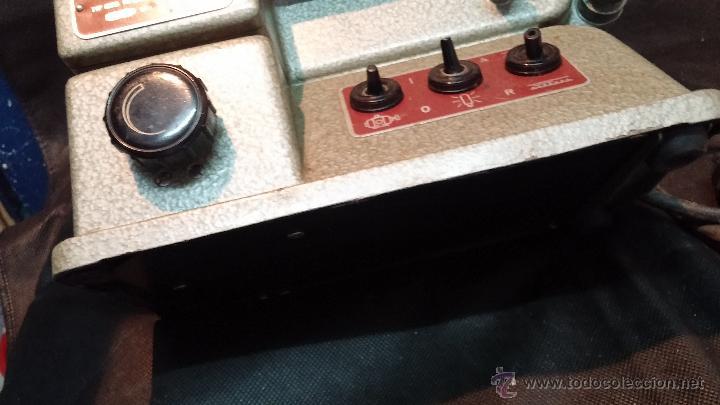 Antigüedades: Proyector de cine, muy antiguo, de origen checoslovaco, con maletín original, aceitera original,.... - Foto 30 - 44027361