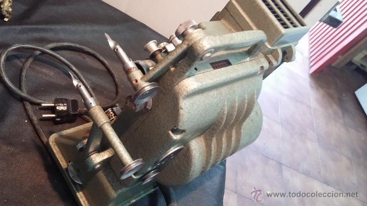 Antigüedades: Proyector de cine, muy antiguo, de origen checoslovaco, con maletín original, aceitera original,.... - Foto 47 - 44027361