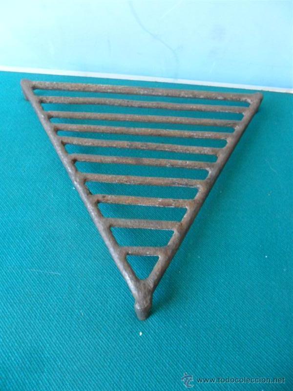 PARRILLA TRIANGULAR DE HIERRO FORJA (Antigüedades - Técnicas - Cerrajería y Forja - Forjas Antiguas)