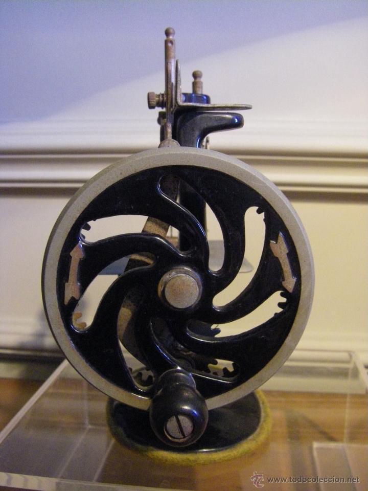 Antigüedades: Antigua máquina de coser Singer fabricada en USA conserva su caja original - Foto 5 - 44050431