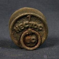Antigüedades: PESA DE HIERRO COLADO DE 100 GR 1 HECTÓGRAMO ANILLA DE SUJECIÓN MÓVIL 1º MITAD SIGLO XX 4 X 2 CM. Lote 44052447