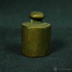 Antiquités: PEQUEÑA PESA DE BRONCE 50 GRAMOS CON MARCAS POCO LEGIBLES Y ROCES USO SIGLOXIX- XX 4 X 2 CM. Lote 44052474