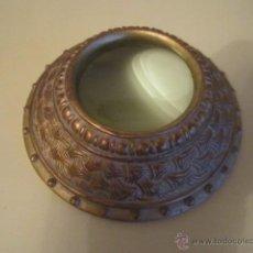 Antigüedades: LUPA GRANDE DE MESA EN RESINA DORADA DIAMETRO BASE 13,5 CM. LUPA 6 CM. ALTURA 4 CM. NUEVA. Lote 44123343