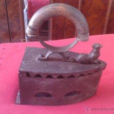Antigüedades: ANTIGUA Y BONITA PLANCHA DE CARBON CON CIERRE DE GALLO Y MANGO CURVO DE MADERA. Lote 44258090