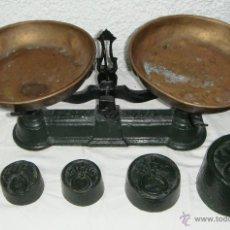 Antigüedades: ANTIGUA BALANZA DE HIERRO. 5 KILOS. COLOR VERDE. CON JUEGO DE PESAS.. Lote 44333556