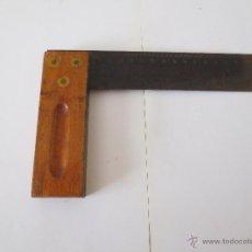 Antigüedades: ESCUADRA DE CARPINTERO CON MANGO DE MADERA Y LATON. Lote 44358164