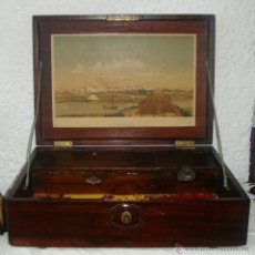 Antigüedades: ESCRITORIO PORTÁTIL DE BARCO. CAOBA MACIZA. CON LITOGRAFÍA DE SAN FERNANDO - CADIZ. CON LLAVE.. Lote 44475296