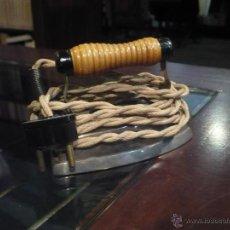 Antigüedades: PLANCHA ELÉCTRICA EN MINIATURA PARA CORBATAS O BLUSAS, AÑOS 30, FUNCIONA A 125V 11 X 6 CM. Lote 44818495