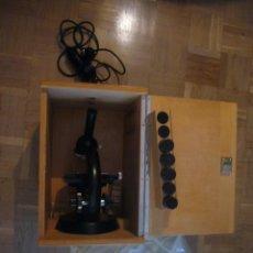 Antigüedades: MICROSCOPIO ZEISS. MODELO STANDARD CON TODOS LOS COMPLEMENTOS Y EL ARMARIO ORIGINALES. Lote 45051436