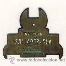 Antigüedades: LLAVE MECANICA CON PUBLICIDAD DEL INSTITUTO SALLARES I PLA DE SABADELL. Lote 45107134