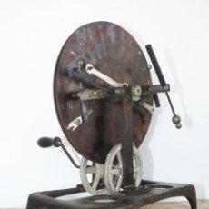 Antigüedades: RARISIMO JUEGO ANTIGUO TIPO RULETA WIMSHURST PERIMETRO GOLDMAN OPTICA MEDICINA ?. Lote 45110715
