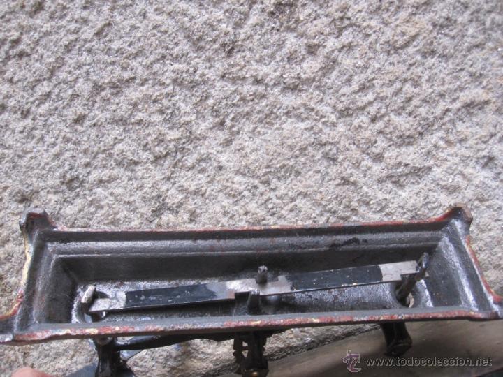 Antigüedades: ANTIGUA BALANZA DE PLATOS FUERZA DOS KILOS, HIERRO FUNDIDO - FALTA UNA CRUCETA Y PLATOS 2.3kg + INFO - Foto 3 - 64212721