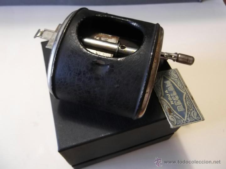 Antigüedades: Antiguo afilador manual de hojas de afeitar - Foto 4 - 45437576