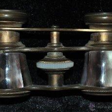 Antigüedades: BINOCULARES DE TEATRO DE PRINCIPIOS DEL SIGLO XX EN BRONCE Y PLACAS DE NÁCAR. Lote 45611807