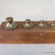 Antigüedades: JUEGO DE 4 PESAS EN BRONCE CON CAJA DE MADERA. Lote 46353480