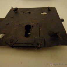 Antigüedades: CERRADURA ANTIGUA CON CLAVOS ORIGINALES EN FORJA. SIN LLAVE. AÑOS 50. Lote 45677667