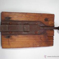 Antigüedades: ANTIGUO CERROJO-PESTILLO DE FORJA ATORNILLADO EN TROZO DE MADERA. Lote 45823718