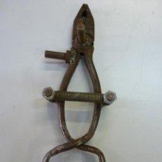 Antigüedades: TENAZA DE CON MECANISMO DE CIERRE PERMANENTE. Lote 45864842
