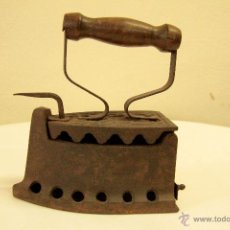 Antigüedades: ANTIGUA PLANCHA DE CARBON EN FORJA Y MANGO DE MADERA DE PRINCIPIO DEL SIGLO XX VINTAGE Y RETRO. Lote 46041169