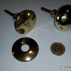 Antigüedades: 2 ANTIGUOS POMOS DE PUERTA O ARMARIO DE LATON. Lote 237560805