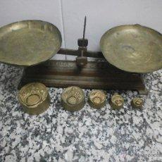 Antigüedades: ANTIGUA BALANZA. FUERZA 2 KILOS CON 4 PESAS. Lote 46634289