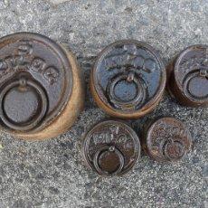 Antigüedades: JUEGO DE CINCO PESAS DE HIERRO ,NUMERO 2. Lote 47002393