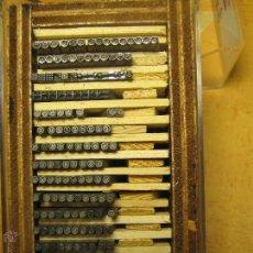 Antigüedades: IMPRENTA - LETRAS DE PLOMO - LOTE SIGNOS 1 - CAJA DE 10X5,5 CM. Lote 47065180