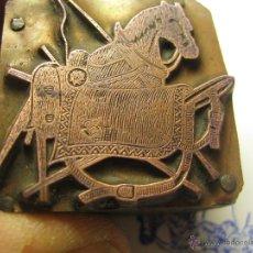 Antigüedades: IMPRENTA GRABADO GALVANO BRONCE-MADERA MOTIVO HIPICA CABALLO, TAMAÑO 30X30 MM - REF. B-M 18. Lote 209330210