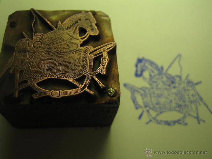 Antigüedades: IMPRENTA GRABADO GALVANO BRONCE-MADERA MOTIVO HIPICA CABALLO, TAMAÑO 30X30 MM - REF. B-M 18 - Foto 2 - 209330210