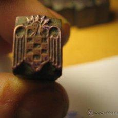 Antigüedades: IMPRENTA GRABADO GALVANO BRONCE-PLOMO - MOTIVO ESCUDO FALANGE - TAMAÑO 10X13 MM - REF. BP 40. Lote 47134345