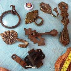 Antigüedades: ALDABAS Y TIRADORES. 7 PIEZAS.. Lote 47151171