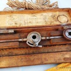 Antigüedades: ANTIGUA CAJA DE HERRAMIENTAS (MACHOS, TERRAJA) DE ORIGEN PARISINO. MUY ESPECIAL. Lote 47319920