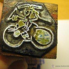 Antigüedades: IMPRENTA, GRABADO DE METAL MONTADO EN MADERA PARA PODER IMPRIMIR -REF. G-127 MEDIDAS EN FOTO. Lote 47345339