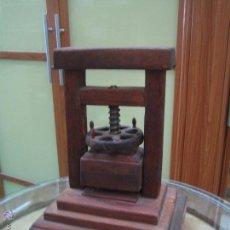 Antigüedades: IMPRENTA, MAQUETA PRENSA DE IMPRENTA DE MADERA Y METAL - CON LETRAS DE PLOMO - VER FOTOS. Lote 98622251