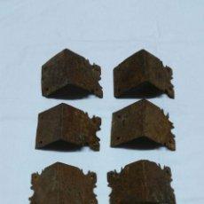 Antigüedades: CANTONERAS ANTIGUAS DE ARCA EN FORJA DEL SIGLO XVII APROX. Lote 47768053
