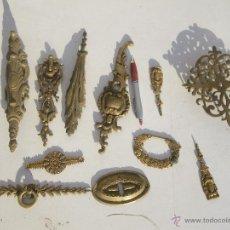 Antigüedades: GRAN LOTE DE HERRAJES EN BRONCE MUY ANTIGUOS TIPO LUIS XV ,,, VER . Lote 47882712