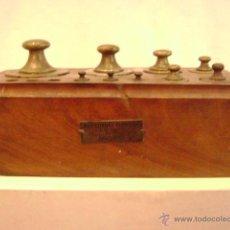 Antigüedades: CAJA CON PESAS. Lote 47992219