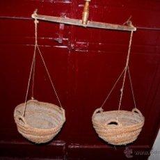 Antigüedades: BALANZA MANUAL DE MADERA CON CESTOS DE ESPARTO -REF101-. Lote 48007774