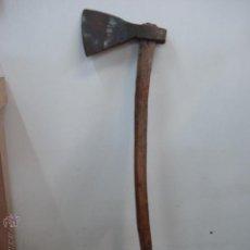 Antigüedades: ANTIGUA HACHA DE BOSQUE FORJADA CON HOJA GRABADA DE MINOBIS-FIGUERAS. MUY ANTIGUA. Lote 48015775