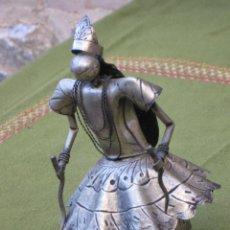 Antigüedades: FIGURA ANTIGUA DE DANZANTE DEL BAILE DEL PALOTEO, CHAPAS METALICAS O HOJALATAS MOVIBLES.PIEZA UNICA.. Lote 48207764