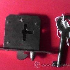 Antigüedades: CERRADURA DE MUEBLE. FUNCIONANDO. Lote 48278079