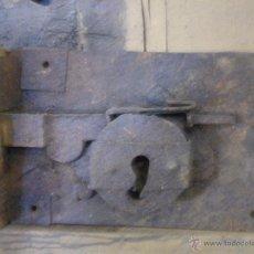 Antigüedades: CERRADURA MUY ANTIGUA Y DE GRAN TAMAÑO. Lote 48362750