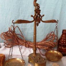 Antigüedades: VIEJA BALANZA DE JOYERÍA EN BRONCE.. Lote 48552314