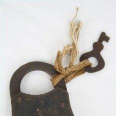 Antigüedades: ANTIGUO CANDADO CON LLAVE - BRUNO - RELIEVE CON CABEZA DE PERRO - MEDIDAS 1 X 5 X 7 CM. Lote 48554251
