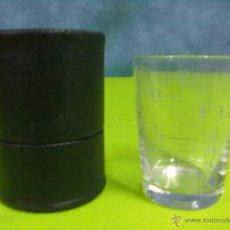 Antigüedades: MEDICINE GLASS VASO DOSIFICADOR EN SU CAJA FUNDA. Lote 48671303