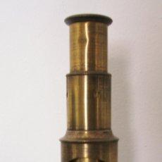 Antigüedades: PEQUEÑO MICROSCOPIO DE LATON PARA LLEVAR DE EXCURSION, SIN CAJA (15,5CM APROX DE ALTO). Lote 48679071