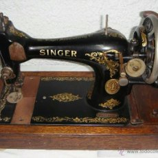 Antigüedades - Antigua Maquina de Coser Manual. Portátil. SINGER - 1915. Con caja de Madera. Incluye instrucciones. - 48733124