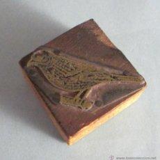 Antigüedades: GRABADO EN METAL SOBRE SOPORTE DE MADERA. FIGURA DE PÁJARO. FORMATO 5 X 2,5 CM. Lote 48845220