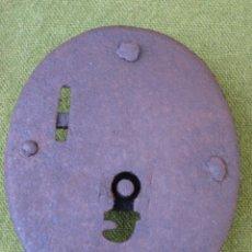 Antigüedades: CERRADURA ANTIGUA OVALADA,PARA BAUL O ARCON, EN HIERRO FORJADO. S/XVIII.. Lote 48864121