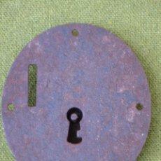 Antigüedades: CERRADURA ANTIGUA OVALADA PARA ARCON O BAUL, EN HIERRO FORJADO. S/XIX.. Lote 48864694